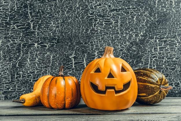 Fiesta de halloween con calabaza en mesa de madera