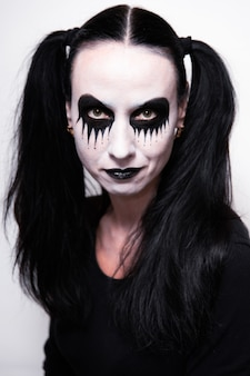 Fiesta de halloween, retrato de una niña con maquillaje.