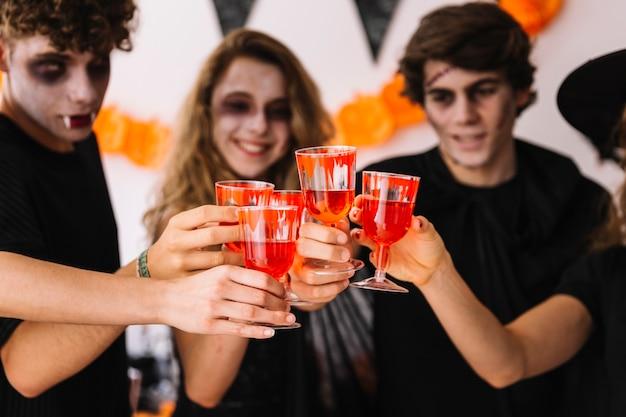 Fiesta de halloween con sangre falsa en los vasos