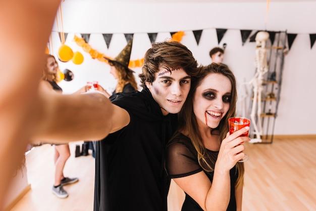 Fiesta de halloween con zombie y vampiro