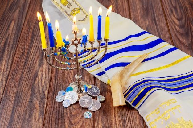 Fiesta judía hanukkah con menorá sobre mesa de madera star david