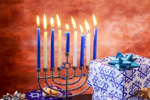 Fiesta judía hanukkah con menorá sobre mesa de madera