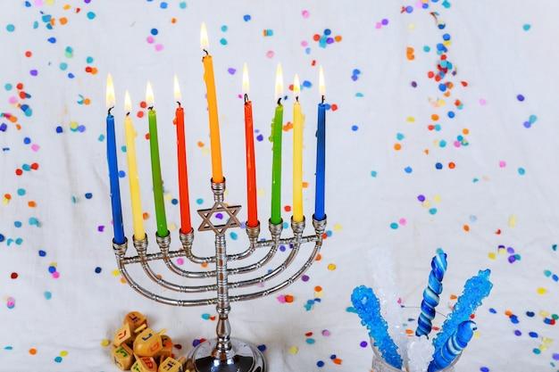 Fiesta judía de hanukkah con menorah candelabro tradicional
