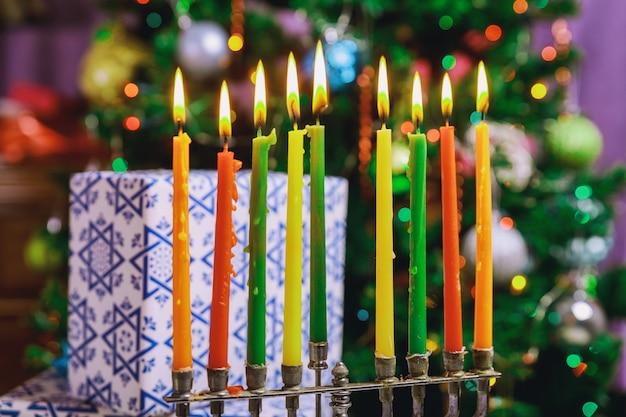 Fiesta judía de janucá con menorah candelabros tradicionales velas encendidas