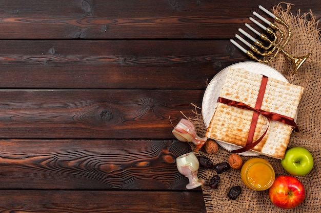 Fiesta judía de pascua con mesa de vino.