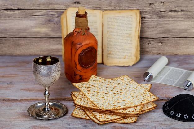 Fiesta judía de vino y matzá, símbolo festivo de la pascua judía