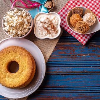 Fiesta de junio. dulces típicos de la festa junina. pastel de harina de maíz, palomitas de maíz, maíz molido, cocada, mermelada de calabaza y maní