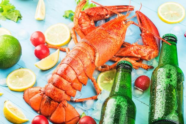 Fiesta de mariscos con limón y langosta fresca de boston en el hielo