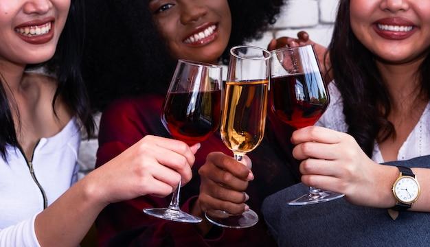 Fiesta de navidad con copas de champán en fiesta de año nuevo.