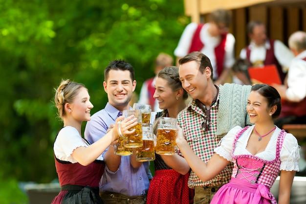 Fiesta de la oktoberfest con amigos bebiendo cerveza