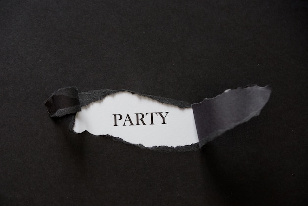 La fiesta de la palabra impresa detrás del papel rasgado negro