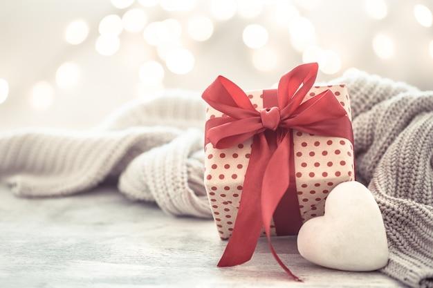 Fiesta de pared, regalo en una hermosa caja con un corazón.