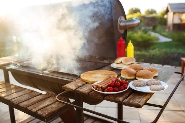 Fiesta de parrilla de barbacoa. comida sabrosa en el escritorio de madera.