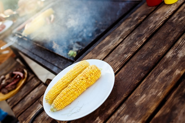Fiesta de parrilla de barbacoa. sabroso maíz en plato blanco.