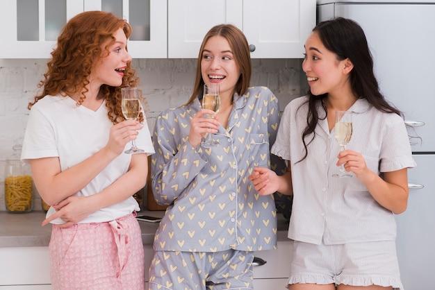 Fiesta de pijama en casa con bebidas