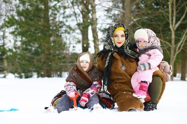 Fiesta tradicional rusa a principios de la primavera. despedida del invierno. mardi gras. familia con niños en invierno en el parque.