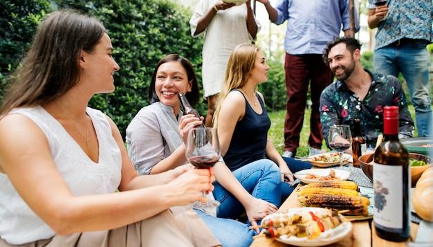 Fiesta de verano de amigos en el jardín.