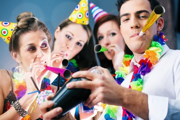 Fiesteros en bar celebrando el carnaval.