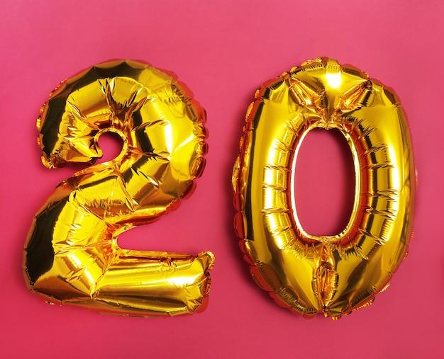 Figura 20 de globos sobre fondo rosa
