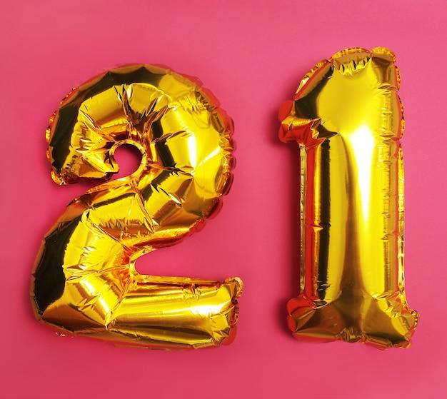 Figura 21 de globos sobre fondo rosa
