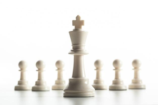 Figura de ajedrez aislada en blanco