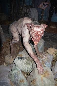 Figura de chupacabras en el museo bestiario - san petersburgo, rusia, junio de 2021.