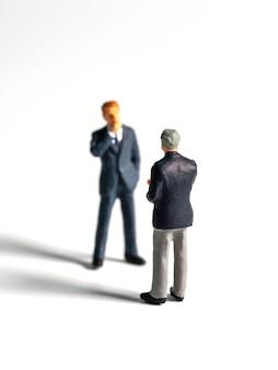 Figura empresarial. el líder del equipo discute con el equipo para encontrar una solución.