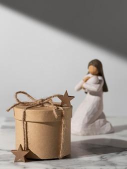 Figura femenina del día de la epifanía con bebé y caja regalo