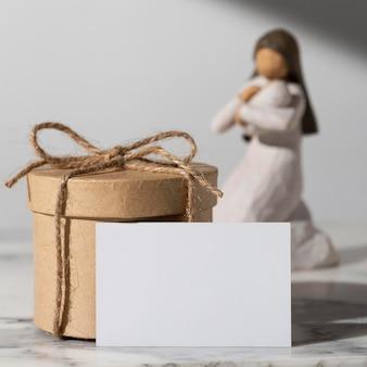 Figura femenina del día de la epifanía con recién nacido y caja regalo