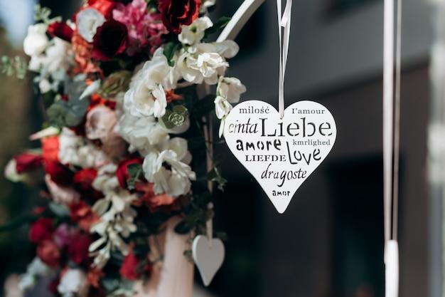 Figura en forma de corazón con palabra tallada