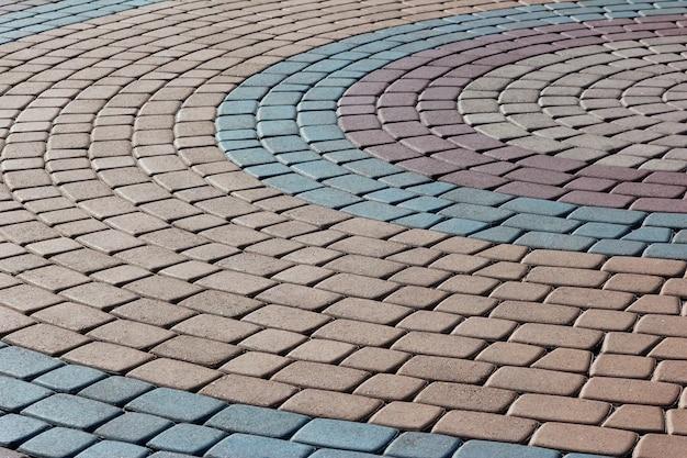 Figura forrada con pavimento de piedra de colores