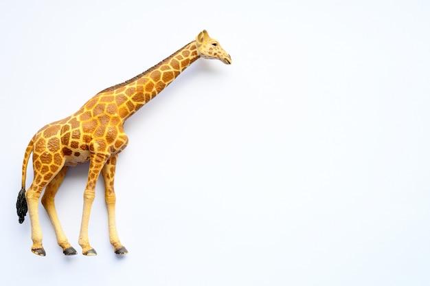 Figura de una jirafa sobre fondo blanco.