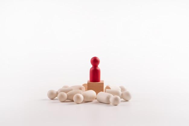 Figura de madera de pie en la caja para mostrar influencia y empoderamiento.