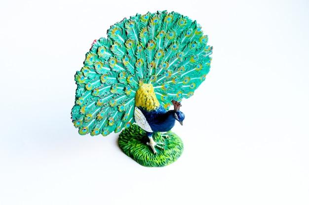La figura del pavo real sobre un fondo blanco.