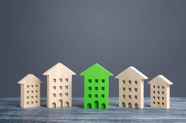 La figura verde de un edificio residencial destaca entre el resto de las casas.
