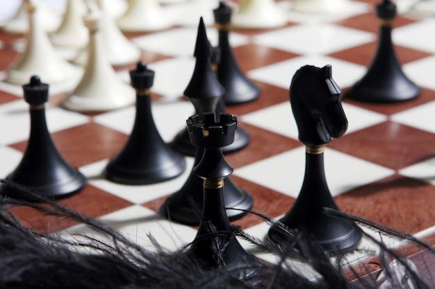 Figuras de ajedrez con fondo borroso