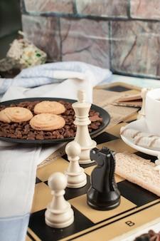 Figuras de ajedrez y una fuente de galletas