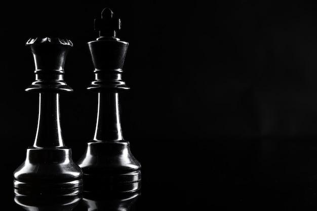 Figuras de ajedrez sobre fondo negro oscuro