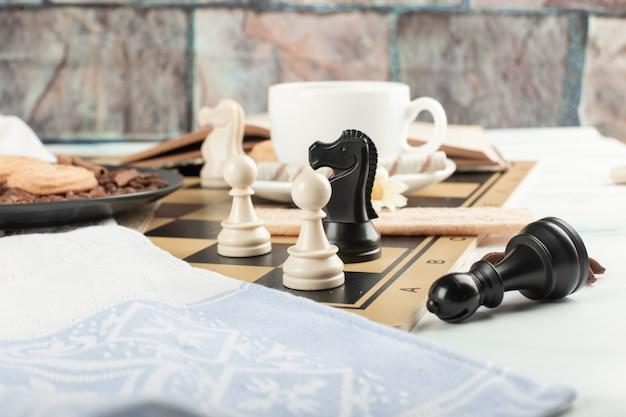 Figuras de ajedrez en un tablero de ajedrez