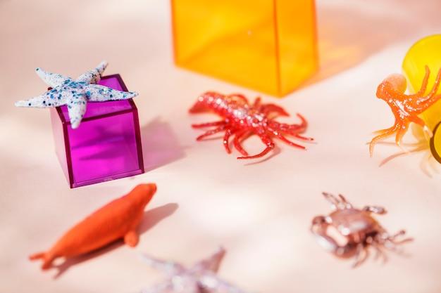 Figuras de animales en miniatura coloridas y brillantes.