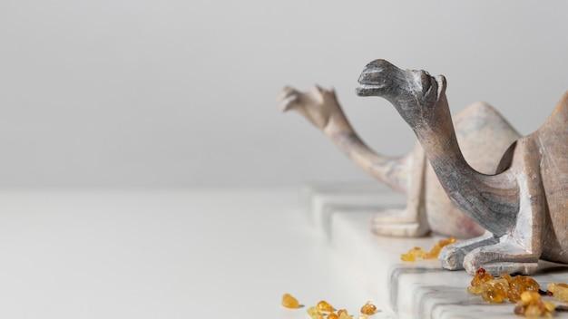 Figuras de camellos del día de la epifanía con pasas y espacio de copia