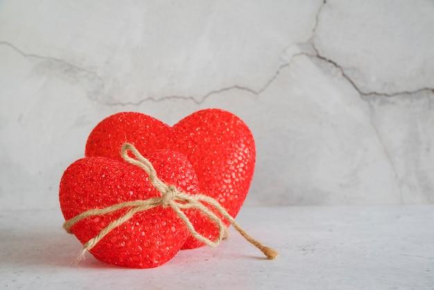 Figuras de corazones atadas con hilo.
