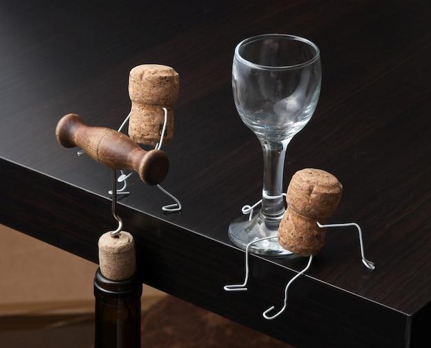 Figuras de corchos de vino y botella con sacacorchos