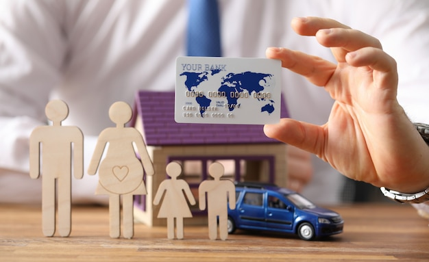 Figuras familia stand en casa de fondo y coche