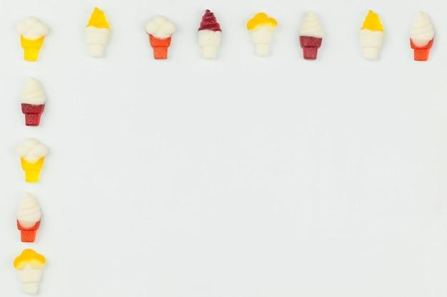 Figuras de helado sobre fondo claro