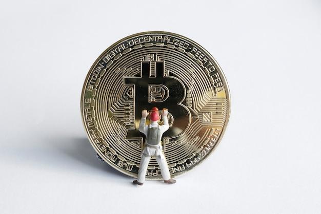 Figuras de macro minero trabajando en bitcoin. concepto de minería de criptomonedas virtuales