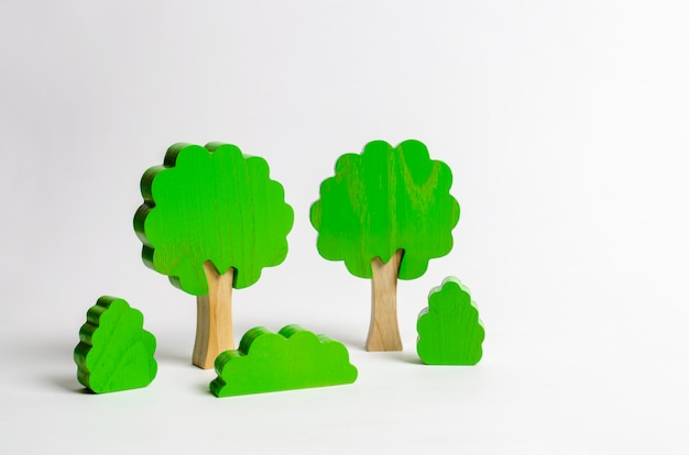 Figuras de madera de arboles y arbustos.