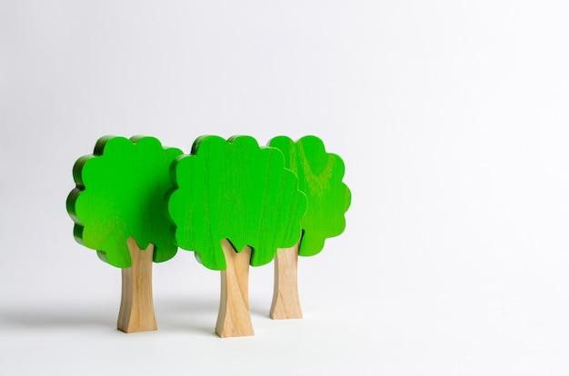 Figuras de madera de juguete de árboles sobre un fondo blanco