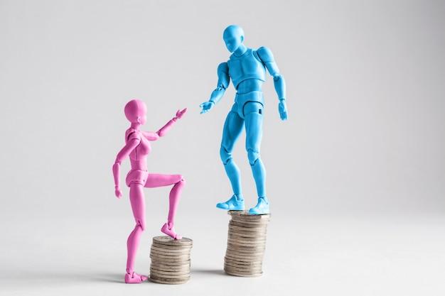Figuras masculinas y femeninas en pilas de monedas