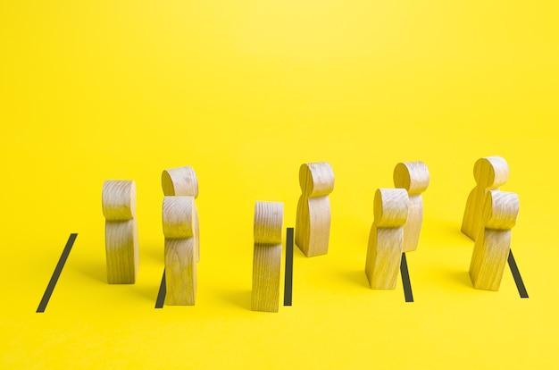 Las figuras de personas en fila no mantienen la distancia social y rompen la formación. falta de disciplina